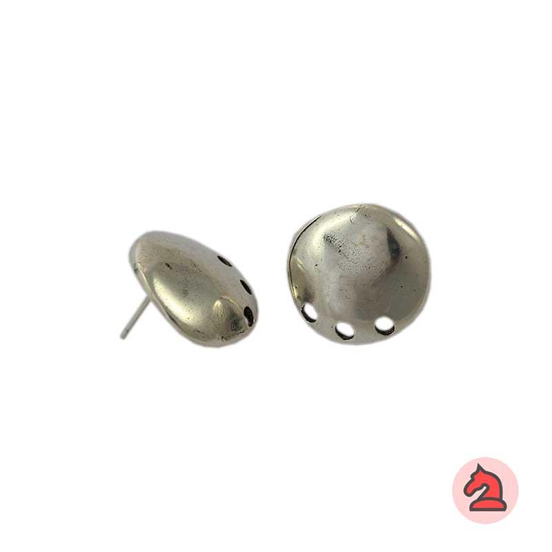 Pendiente disco irregular con 3 agujeros - Venta en bolsa de 20 unidadesMedida 16mmDisponible en 2 acabadosLos pendientes en baño oro y solo en baño oro llevarán sus traseras