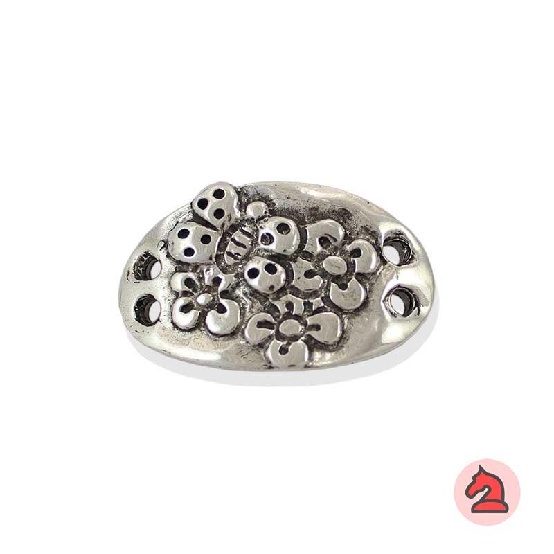 Adornos Tres Flores con Mariposa - Paquete de 10 unidadesTamaño aproximado 52X32 mm, agujeros para cordón de 3,5 mm