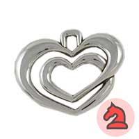 Colgante corazón doble  - Venta en bolsa de 5 unidades. Material zamak con un baño de 5 micras de plata. Tamaño aprox 46X58mm. Agujero para cordón de 4mm