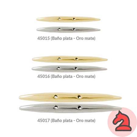 Complemento barra con dos agujeros - Venta en bolsa de 10 unidadesTamaño Grande = 71X7mm, 2 agujeros para cordón de 1,5mmTamaño mediano = 55X6mm, 2 agujeros para cordón de 1,5mmTamaño pequeño = 38X5mm, 2 agujero para cordón de 1,5mmMaterial zamak con baño de 5 micrasDisponible en 2 acabados